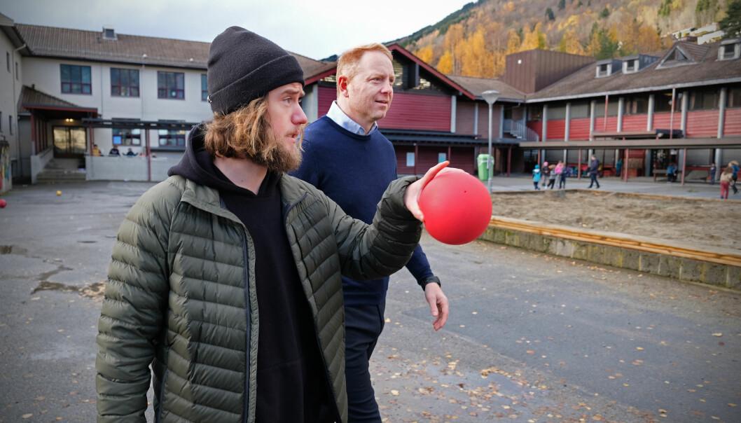 Sondre Setrom er ein av fleire lærarar som kom som student til Sogndal - og vart verande. Trudvang skule har fleire lærarar enn vanleg med kroppsøving. Her saman med professor Geir Kåre Resaland.
