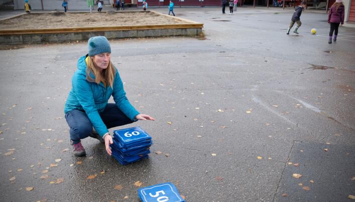 Miljøterapeut Marte Kviberg er ute kvar dag. Brikkene med tal på er ein del av ein pakke Sefal tilbyr til skulane som nyttar fysisk aktiv læring-metodikken.