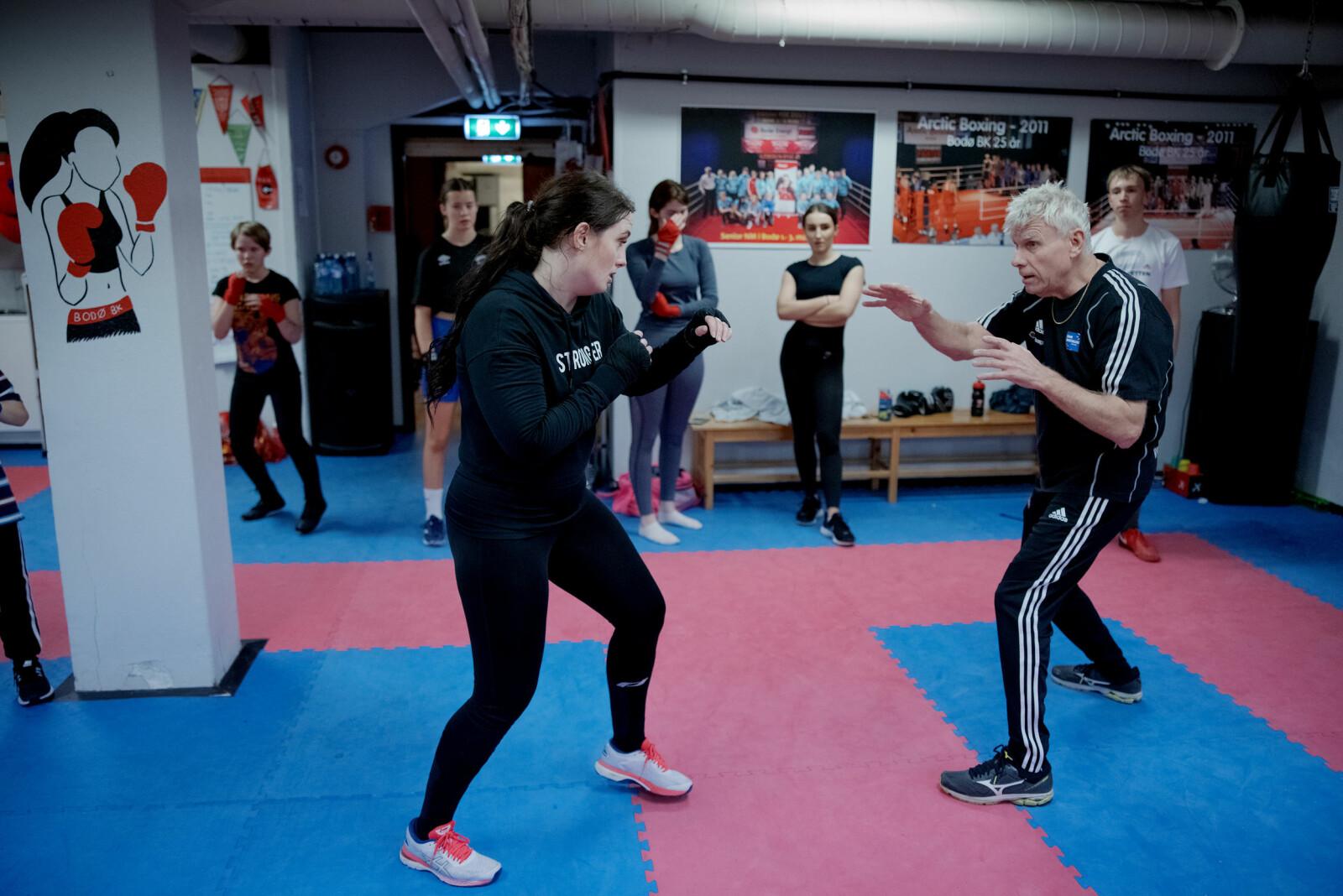 Jan Myhre var med å stifte bokseklubben i 1986, og gav frå første stunde blaffen i om boksarane var jenter eller gutar - så lenge dei var villege til å stå på. Han er fortsatt Anne Tjønndals trenar som han har vore sidan ho begynte.