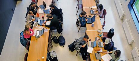 Kombinerer jobb og studier i 48-timers arbeidsuker