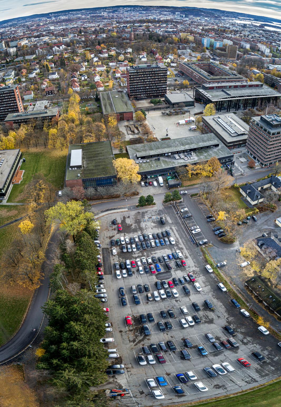 I byen bak universitetet i Oslo er det svært få gratis parkeringsplasser igjen. Universitetet har imidlertid mange av dem.