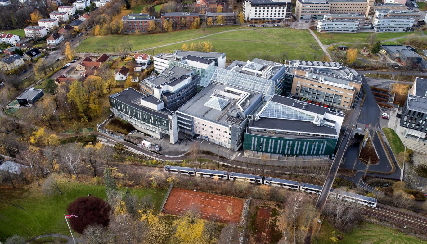 T-banen passerer Universitetet i Oslo, her ved Forskningsparken. Den har plass til mange tusen i rushtida.