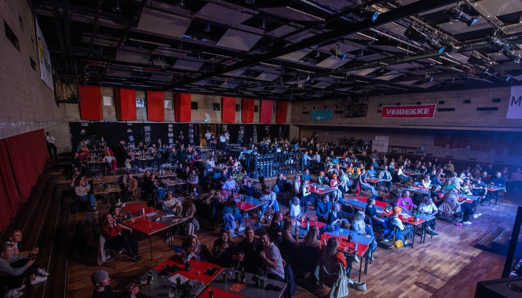 Studentene satt i gruppene de ankom festen med hele kvelden, fordelt på separate bord i den store salen.