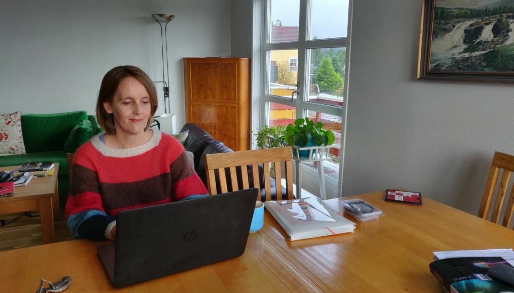 Korpsmappe og eldstemann sine fysikkbøker liggande på heimekontorbordet viser organisatorlivet - og professorlivet - til Åsta Haukås.