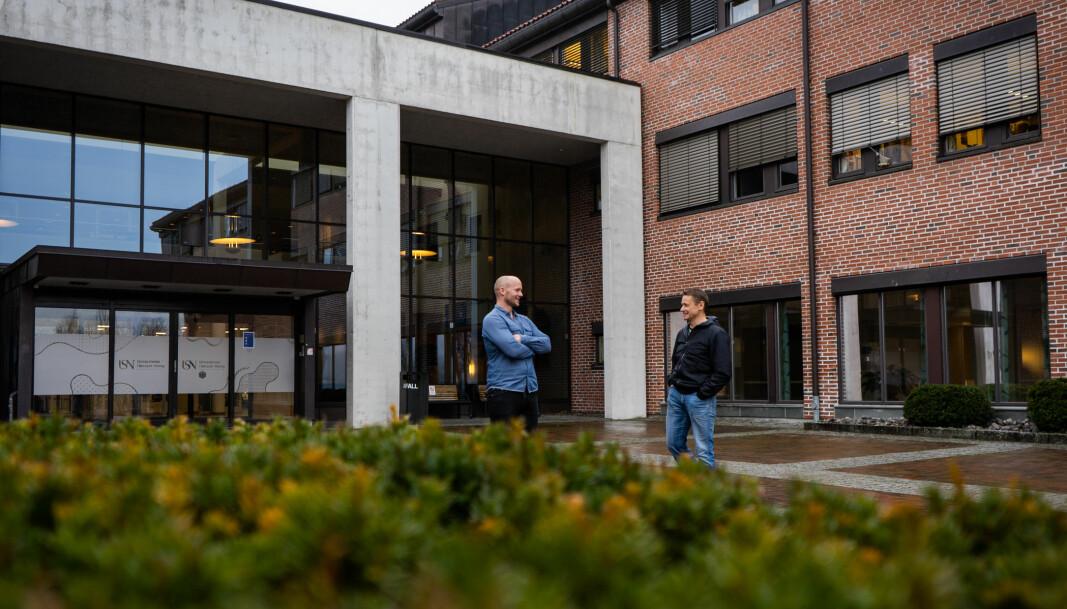 Jo Grønlund, universitetslektor ved idrett, og Andre Horgen, dosent ved friluftslivutdanningen utenfor campus i Bø.