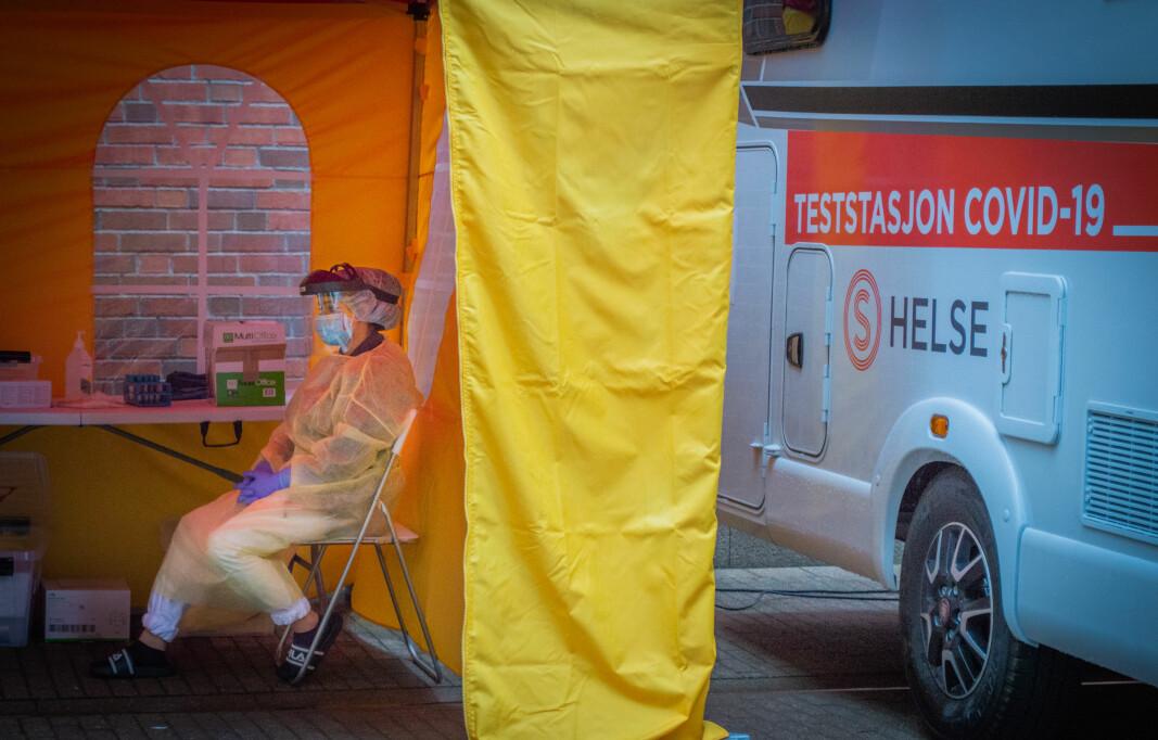 Helsepersonell venter på studenter som vil teste seg, på OsloMets campus i Oslo.