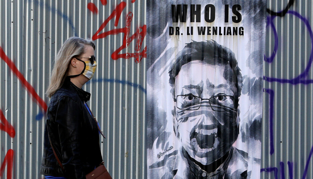 Hvem er Dr. Li Wenlang står det på en plakat i den tsjekkiske hovedstaden. Wenlang ble kalt inn til avhør og anklaget av kinesisk politi for ryktespredning da han varslet om viruset. Senere døde han av covid-19.