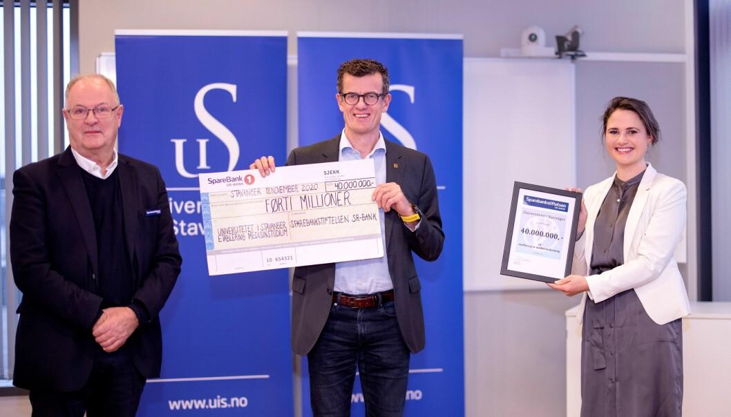 Rektor Klaus Mohn ved Universitetet i Stavanger fikk halvparten av det som skal til for å starte medisinstudiet. Fra venstre Tor Dahle, Klaus Mohn og Kari Nessa Nordtun.