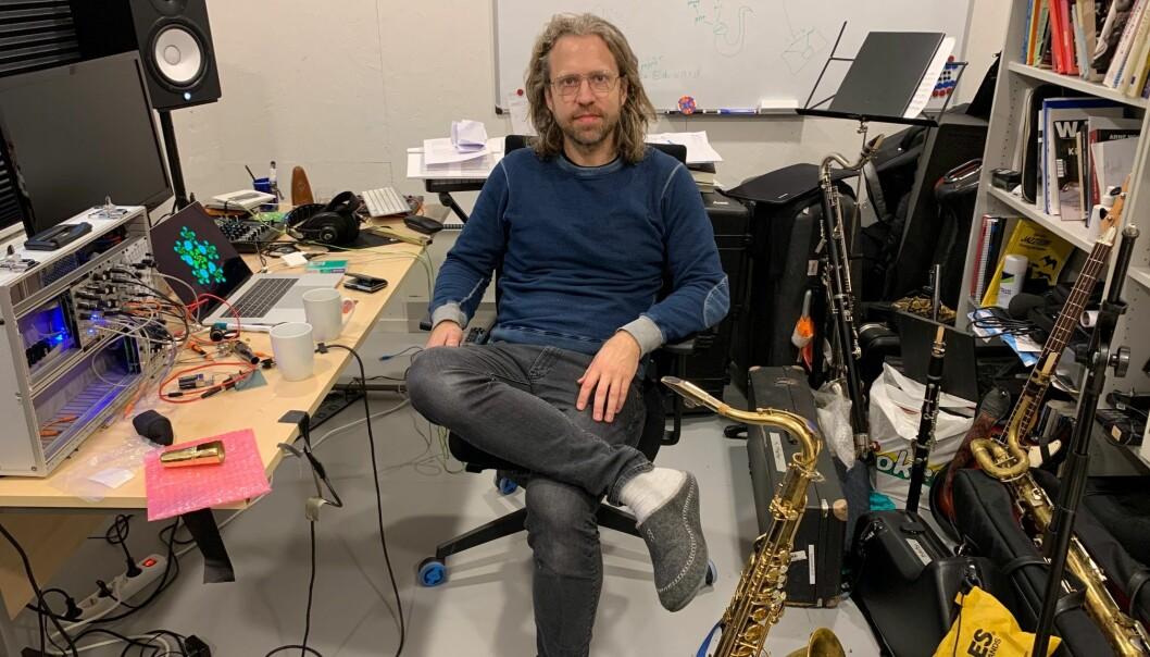 Dette er min verkstad, seier Kjetil Møster. Han er stipendiat ved Griegakademiet, med eit kunstnarisk prosjekt. Så langt har både turné og festivalspeling vorte avlyst. - Å spela for folk er òg ein del av utviklinga, seier Møster.