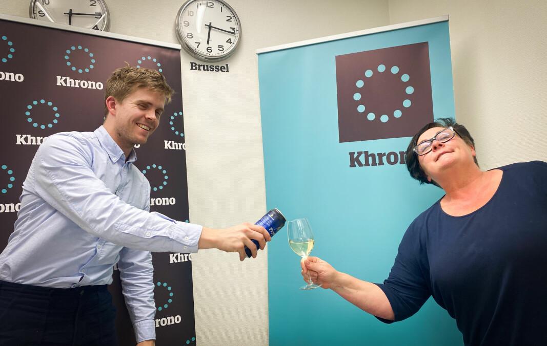 Khrono-journalist Torkjell Trædal og Khrono-redaktør Tove Lie med en avstandsskål onsdag kveld.