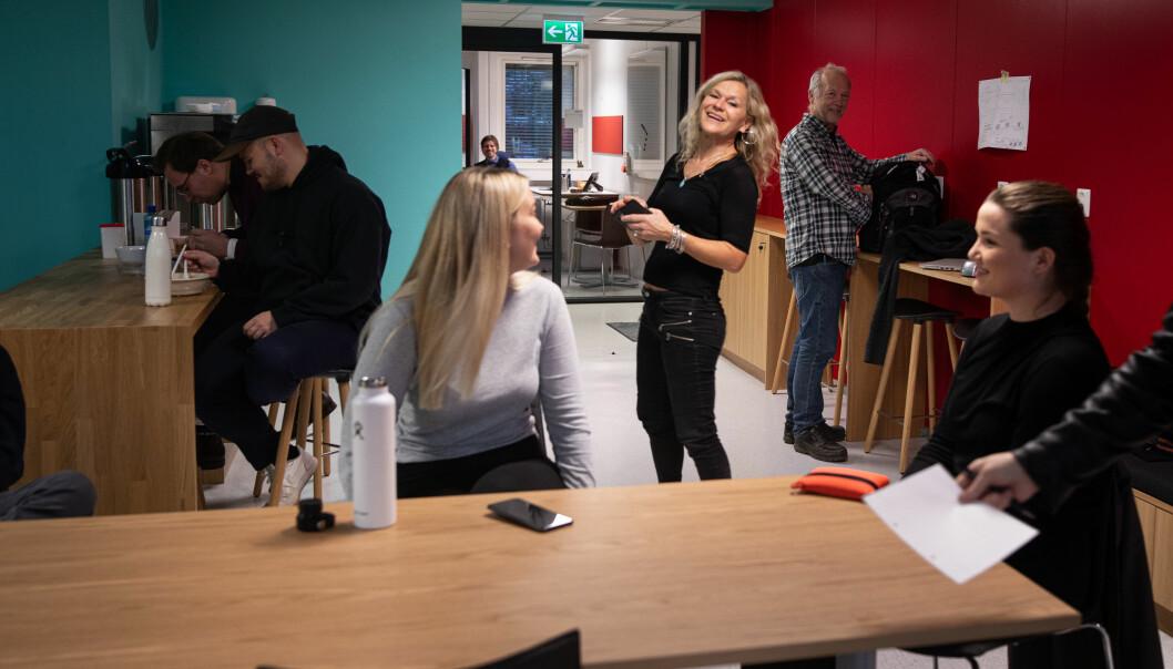 Masterstudenter på et unikt besøk på designerlabeen under strenge korona-forordninger.
