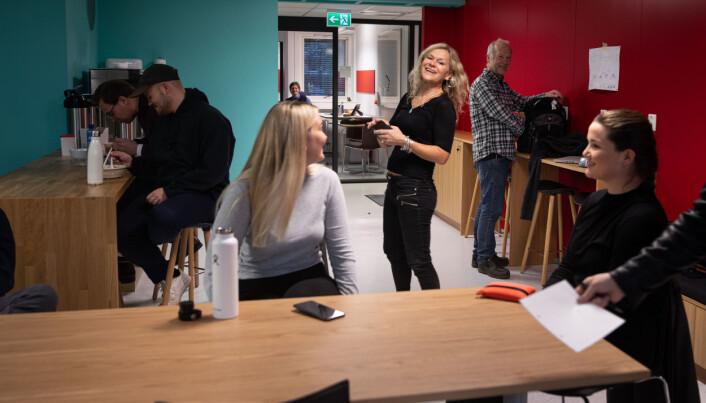 Professorene Kristin og Jørn Braa sammen med noen av masterstudentene knyttet til programmet rett i etterkant av at de mottok Roux-prisen i november 2020.