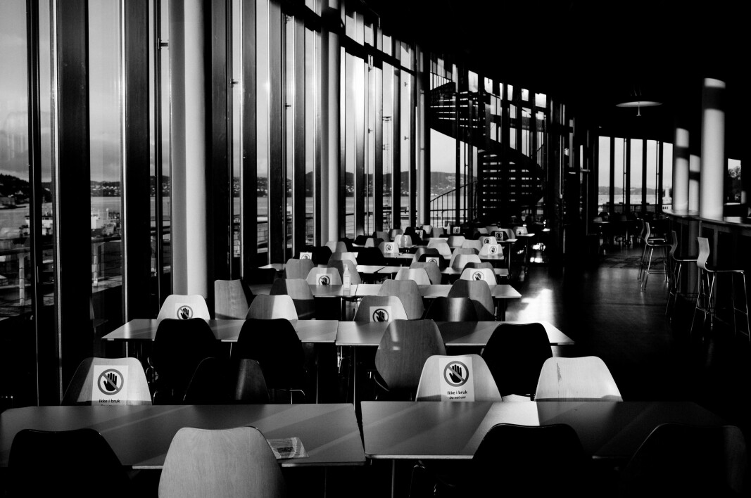 Ei tom kantine på Dragefjellet der Det juridiske fakultet ved Universitetet i Bergen held til. Noregs nest eldste universitet er for ungt til å ha opplevd ein pandemi før.