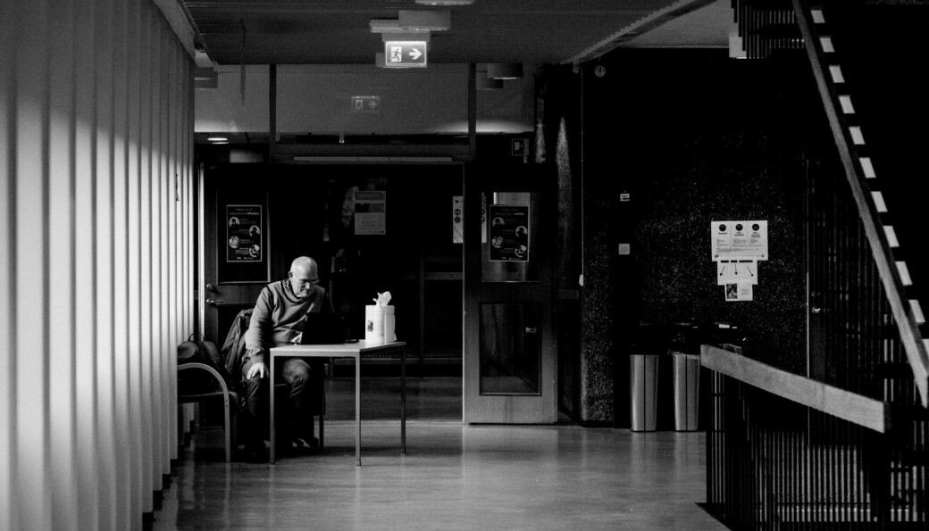Smittevernvakt Jan Nilsen hadde stille dagar, då Khrono snakka med han i desember 2020 på Humanistisk fakultet ved UiB . Det er svært stort sprik mellom institusjonane når det gjeld utgifter til smittevernvakter. Fleire har ingen kostnader.