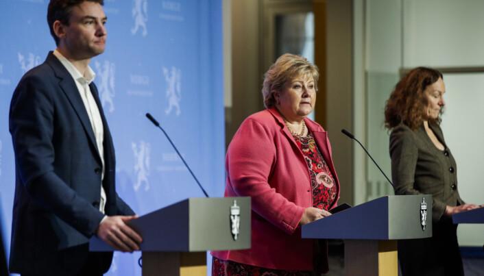 Statsminister Erna Solberg under pressekonferansen i slutten av november, sammen med forskning- og høyere utdanningsminister Henrik Asheim og direktør i Folkehelseinstituttet Camilla Stoltenberg.