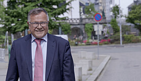 Hvis Tom Knudsen skal engasjeres videre må det i så fall bli i Unit-sammenheng, mener tidligere universitetsdirektør Kjell Bernstrøm.