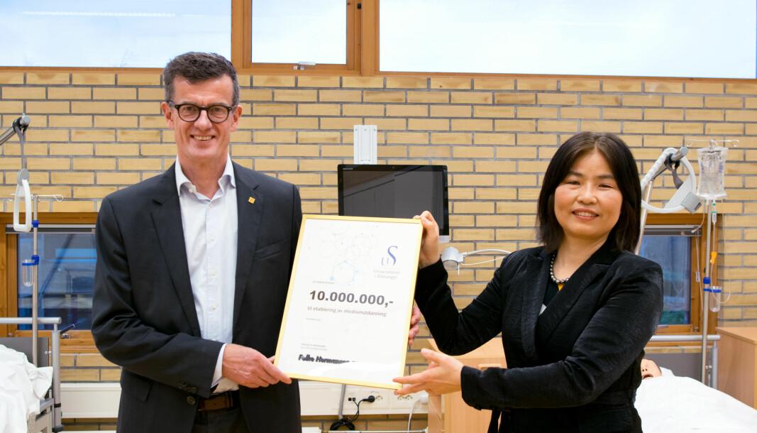 UiS-rektor Klaus Mohn og Yuhong Jin Hermansen, administrerende direktør i Folke Hermansen AS.