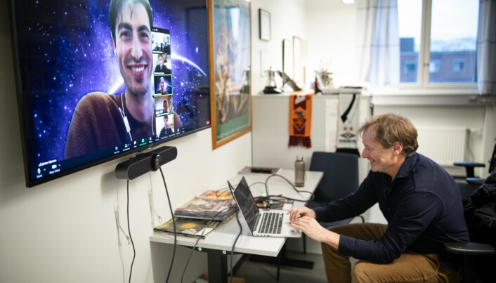 Professor Morten Hjorth-Jensen snakker med student James Claxton om hans oppgave.