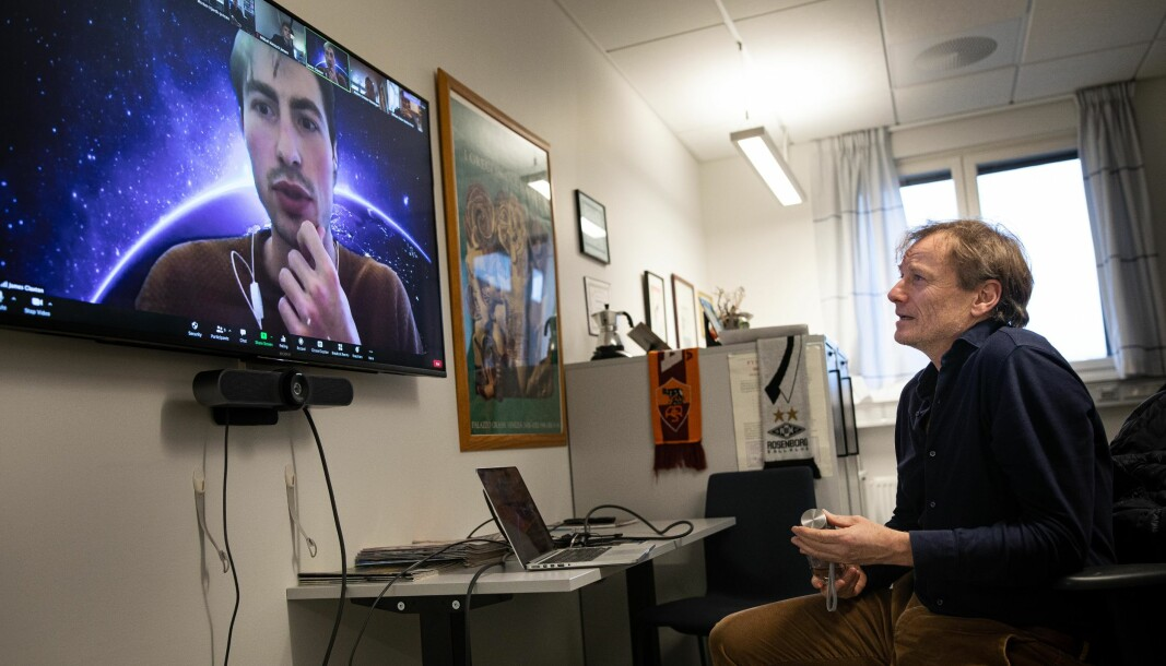 Fysikkprofessor Morten Hjorth-Jensen har hatt både digital undervisning og undervisning på laboratoriet med mindre grupper denne høsten.