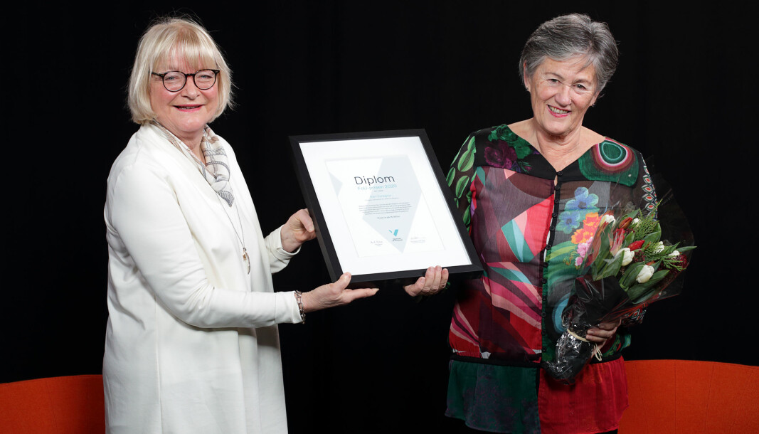Professor Kari Dyregrov er tildelt Høgskulen på Vestlandet sin forsking- og utviklingspris for 2020. Her får Dyregrov tildelt diplomet av rektor Berit Rokne.