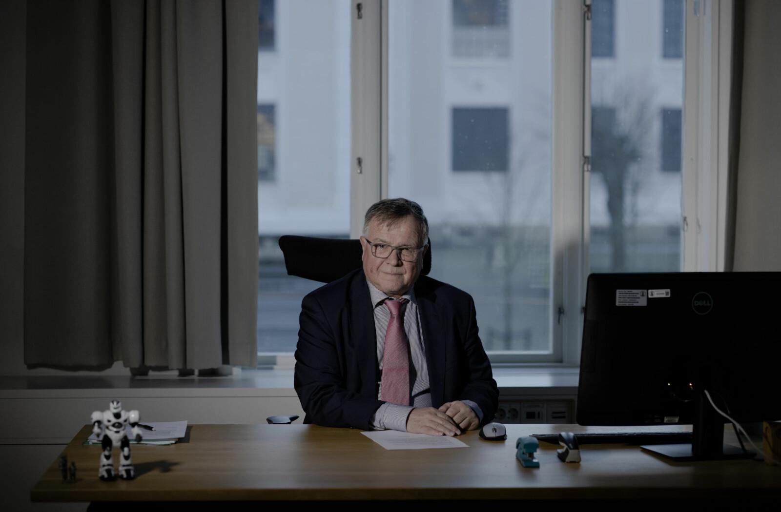 For 24 år siden ble han rekruttert som personal- og øknomisjef av daværende universitetsdirektør ved Universitetet i Bergen, Kåre Rommetveit. Nå har Kjell Bernstrøm selv lagt bak seg seg seks år som universitetsdirektør.