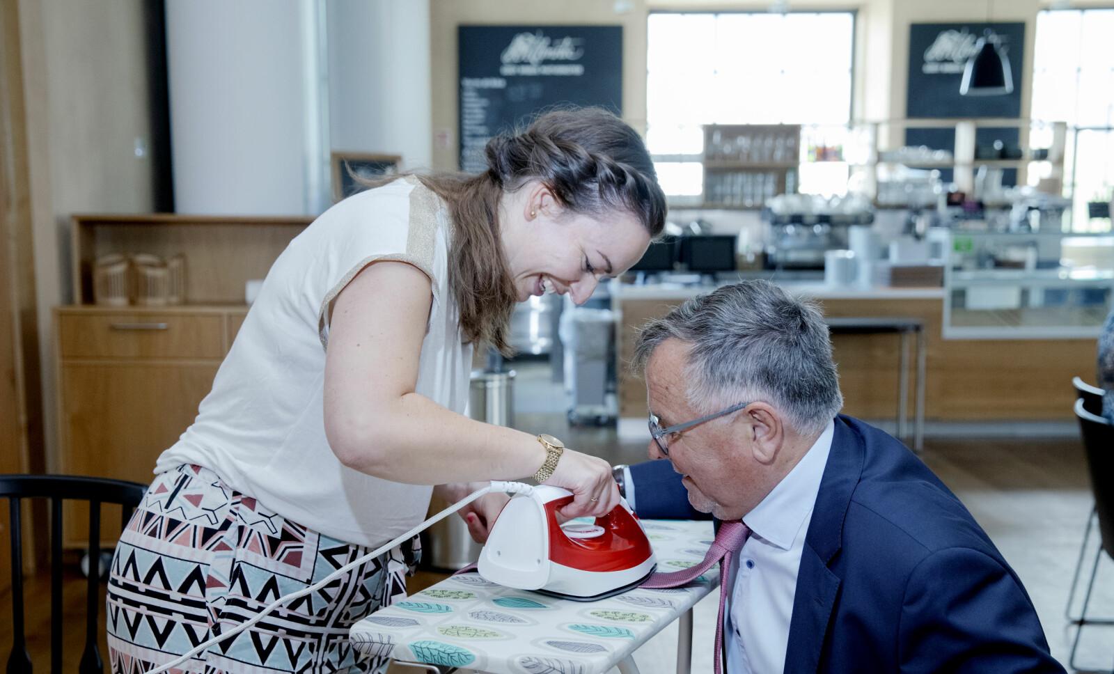Laurice-Solveig Majlaton Høie utøver allsidige støttefunksjoner for universitetsdirektøren. I juni strøk hun UiB-slipset før fotografering.