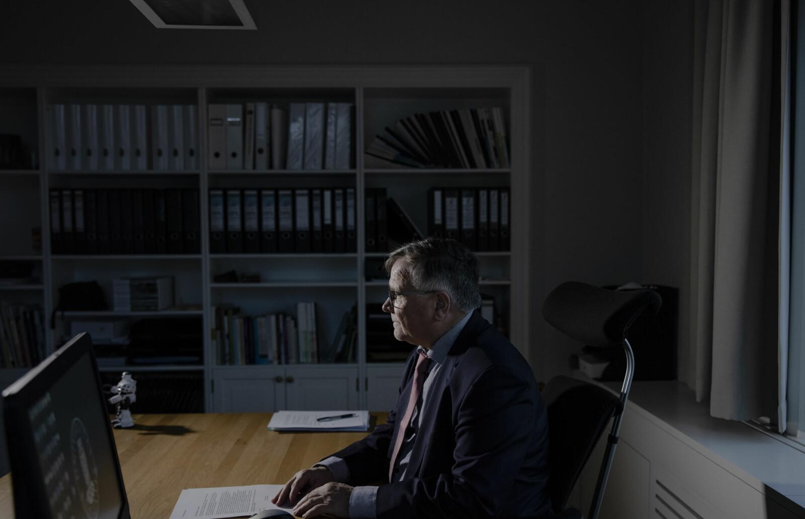 Kjell Bernstrøm bor i rekkehus i bydelen Nesttun i Bergen. Til jobb tar han bybanen (når det ikke er koronatider), og er ofte på kontoret fra seks om morgenen til seks om kvelden.