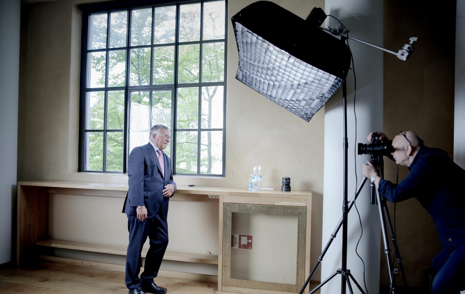 Kjell Bernstrøm har aldri hatt noe annet enn lederstillinger i sitt 40-årige yrkesliv. I sommer startet fotografen arbeidet med å få han i glass og ramme på veggen på Museplassen 1 der universitetsledelsen holder hus.