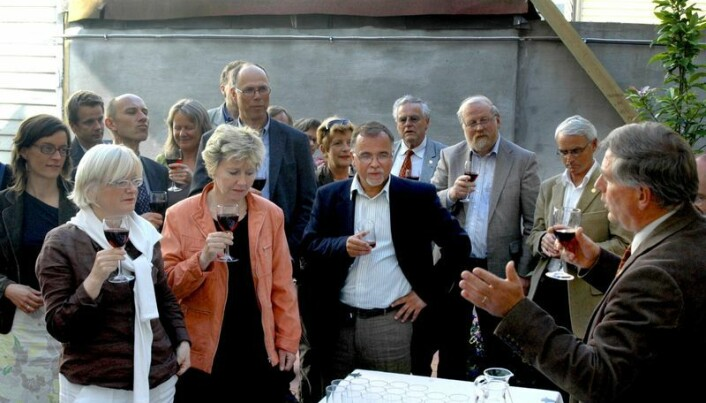 Kåre Rommetveit løfter en skål ved semesterslutt 2006, kort tid før sin egen avgang, sammen med Kjell Bernstrøm og resten av staben.