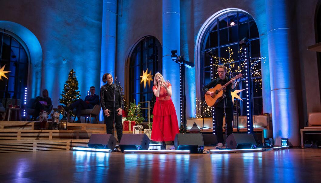 Den tradisjonelle juleavslutninger for studenter og ansatte ved Universitetet i Bergen var digital i år, men verdensstjernen Aurora var blant dem som var fysisk i universitetsaulaen under arrangementete.