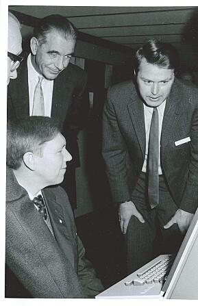 Ernst Selmer beundrar UiB si nye UNIVAC-maskin i 1973, saman med Magne Lerheim og Kåre Bjørnenak.