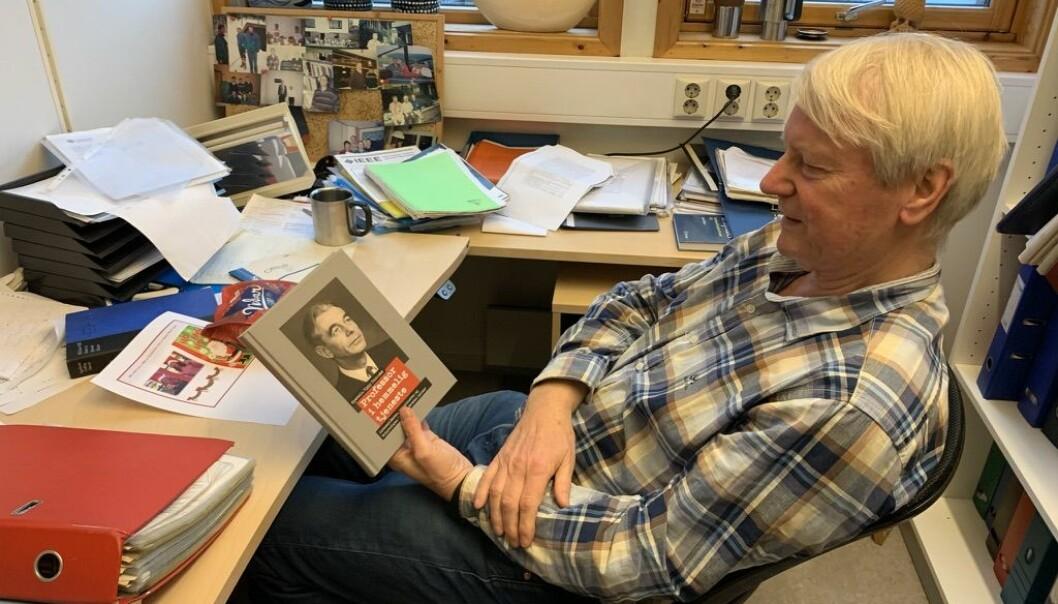 """Tor Helleseth har ikkje så mykje tru på dette med """"clean desk"""". Han er professor emeritus, og har framleis kontor på UiB. Han har òg vore viktig for forfattar Øystein Rygg Haanæs i arbeidet med boka om Ernst Selmer."""