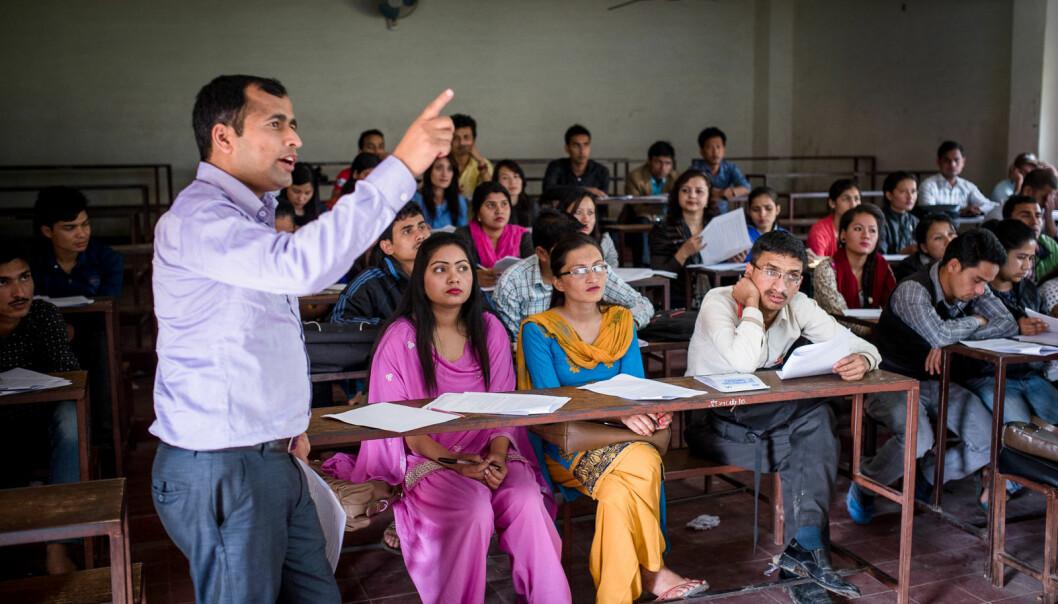 Studenter undervises i oppgaveskriving, som en del av et Norhed-prosjekt på Tribhuvan universitetet i Katmandu.