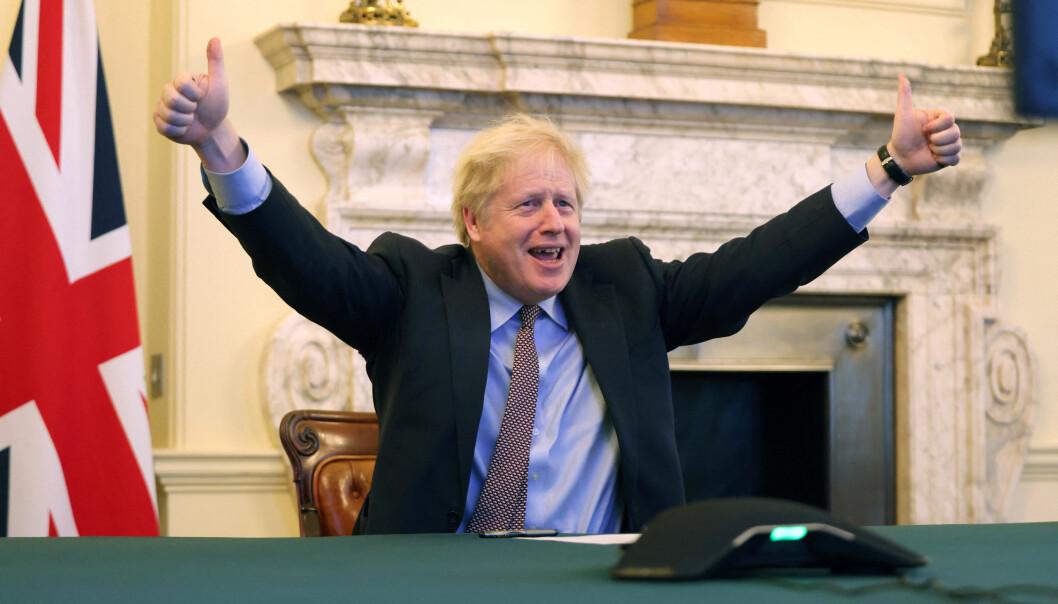 Statsminister Boris Johnson jubler etter at han i en telefonsamtale med Urusula von der Leyen, president i Europakommisjonen, kunne konstatere at brexitavtalen var i boks, torsdag 24. desember.