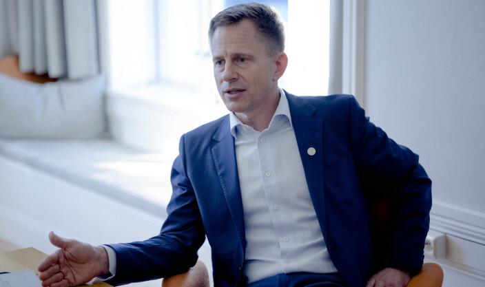 Robert Rastad stod sentralt i å bestemme retningslinjer som direktør i Bergen kommune. No forsvarar han UiBs pengebruk på koronatiltak som universitetsdirektør.