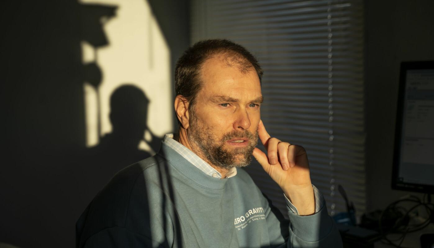 Professor Dag Einar Sommervoll ble irritert da han gjennom NMBUs innkjøpssystem fant en PC-skjerm til 11900 kroner, men fant akkurat samme modell for 10600 kroner på det åpne markedet.