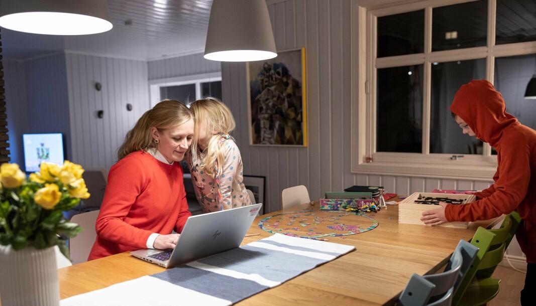 Førsteamanuensis og språkforsker ved Universitetet i Oslo, Guro Busterud, på hjemmekontor med datteren Agnes og sønnen August.