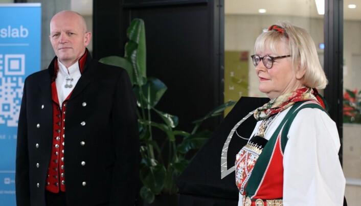 Berit Rokne og Gunnar Yttri hadde kledd seg i bunad for høvet. Dei fleste måtte følgja med på seremonien via ein skjerm.