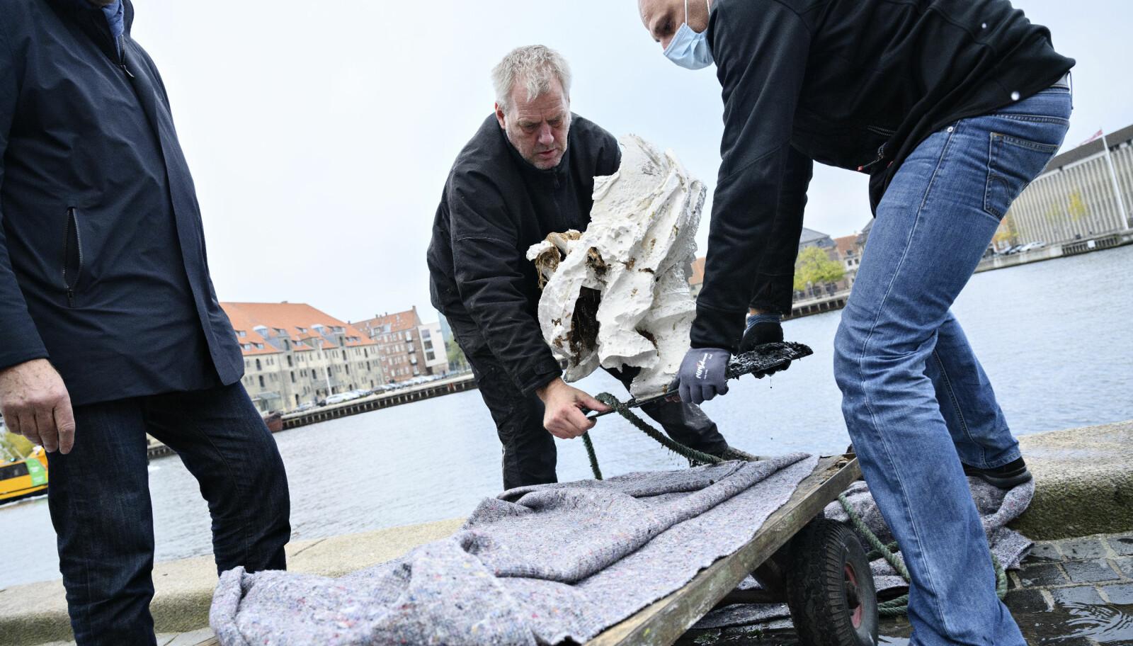 Bysten av kunstakademiets grunnlegger Kong Fredrik V hentes opp igjen etter å ha blitt lempet i sjøen i København fredag 6. november.