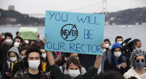 Studenter raser mot rektor utnevnt av presidenten: «Du blir aldri vår rektor»