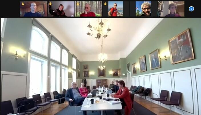 Styreleder Siri Hatlen og rektor Sjur Baardsen, sammen med repersantnter for administrasjonen i styremøtet.
