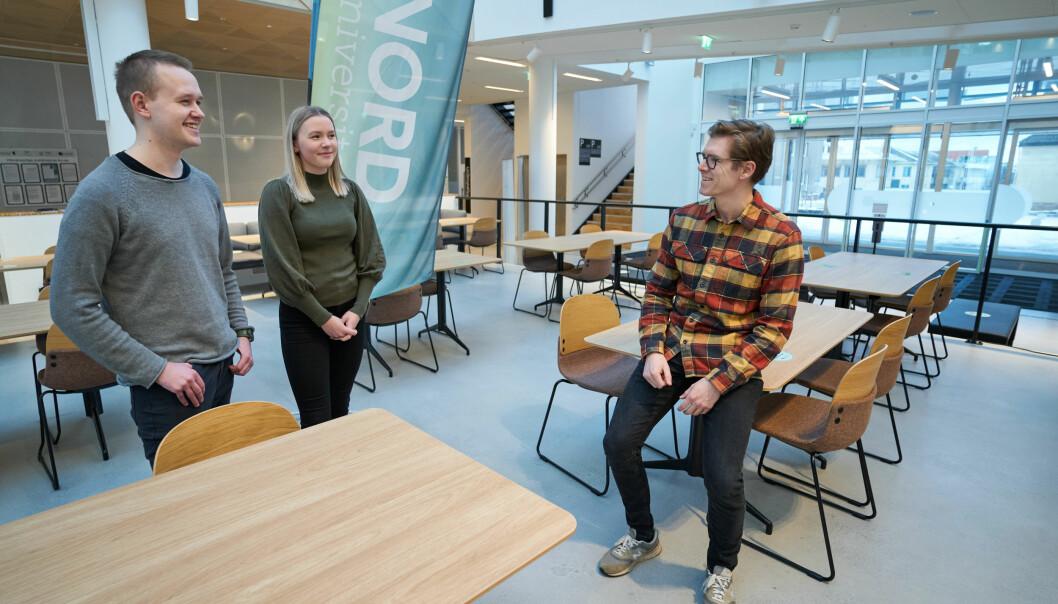Førsteamanuensis Lars Berton Elnan Garnvik (t.h.) ved fakultet for sykepleie og helsevitenskap ved Nord universitet. Her sammen med studentene Christoffer Voldseth og Frida Forr.