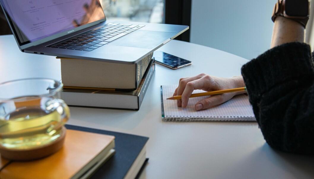 Slik sit ein altså, og både studerer og jobbar. Og slik vil eksamen òg verta for mange studentar denne våren - heime, framfor PC-skjermen.