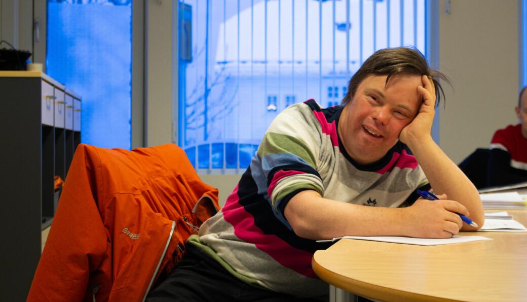 Khronos utsendte fotograf, Rebecca Pettersson, møtte Ole Magnus Oterhals på Voksenopplæringen i Molde fredag. Her tar han timer ved siden av alt det andre han holder på med, som for eksempel undervisning ved Høgskolen i Molde og ulike forskningsprosjekt.