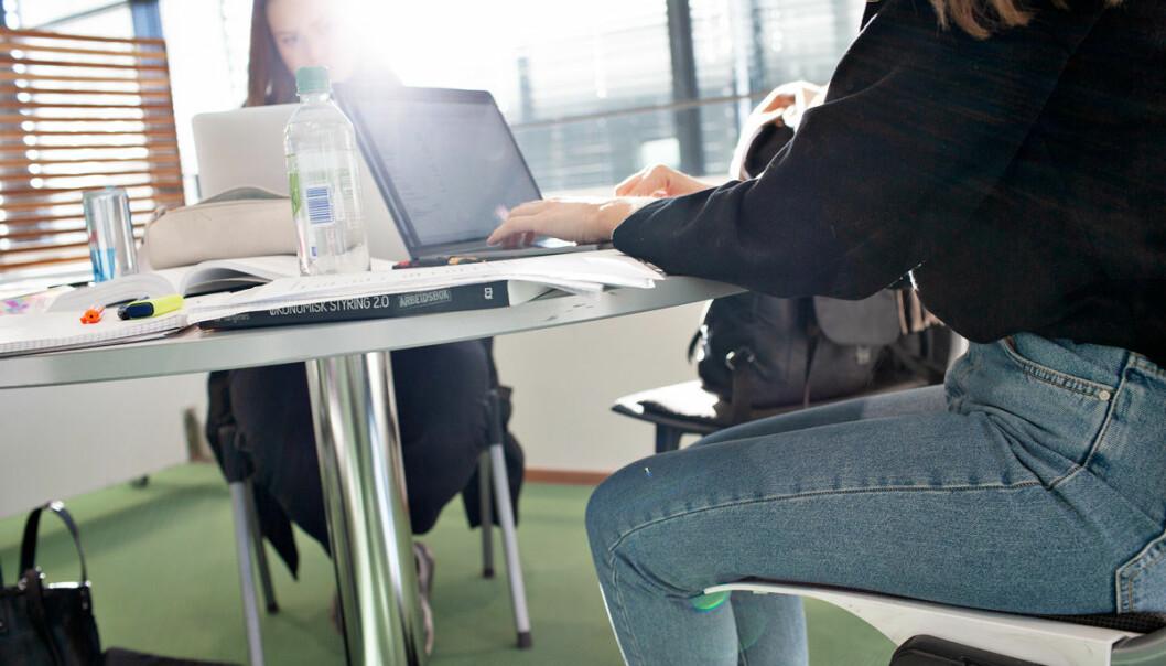 Ønsker studenter en pause fra skjermen og velger papirbøker? Det er ikke vår erfaring, skriver forfatterne