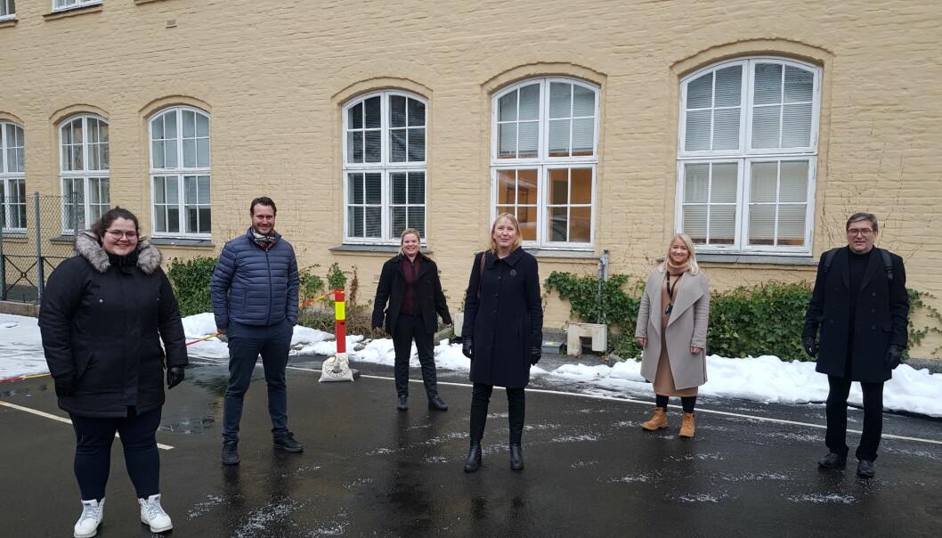 Martine Jordana Baarholm, Helge André Njåstad, Silje Hjemdal, Margareth Hagen, Sandra Krumsvik og Frode Thorsen utanfor Nygård skole, der Griegakademiet held til i dag.
