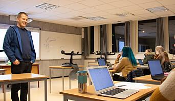 Håvard Moe er matematikklærer ved Sandnessjøen videregående skole, og underviser nå en gruppe kommende studenter som må forbedre mattekarakteren sin for å komme inn på høyere utdanning.