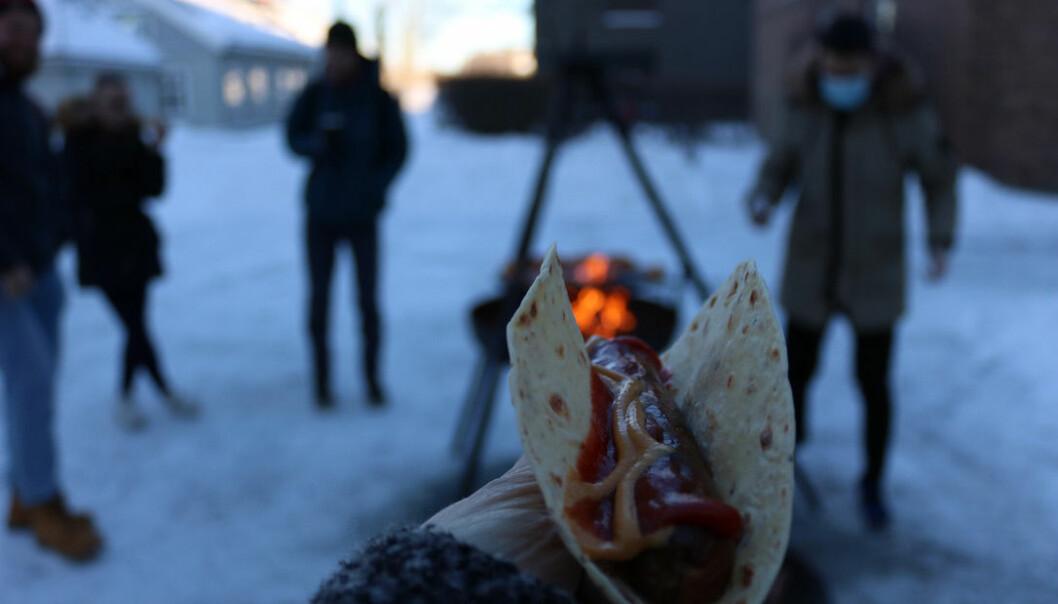 Uannonsert pølsegrilling for å hindra kø og tilsette med munnbind som har servert. Slik var velkomsten når barnehagelærarane endeleg kunne koma tilbake til campus i Trondheim.