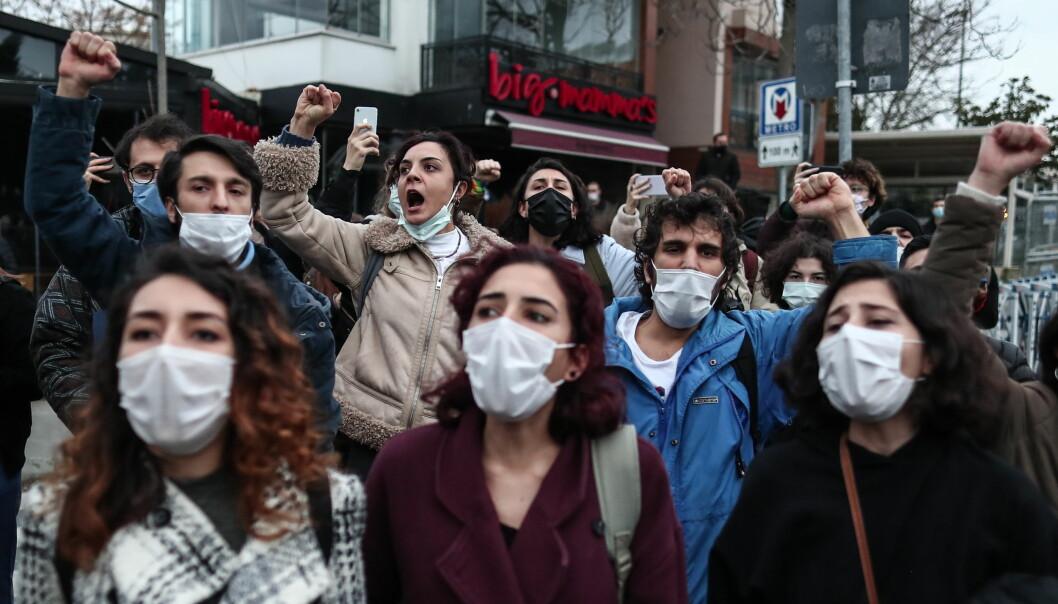 Studenter roper slagord utenfor Bogazici University under en av mange protester de siste ukene.