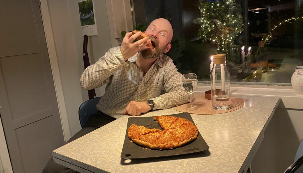 Aksel Tjora forelslo pizzatiltak for studenter i styremøtet torsdag — og markerte eget forslag med pizza til kveldsmat.